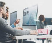 Como integrar sistemas específicos para cada área da empresa?